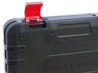 Detail plastového kufru - přezka